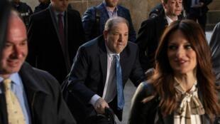 Harvey Weinstein,no centro, depois  de ouvir o veredicto do tribunal de Nova Iorque. 24 de Fevereiro de 2020