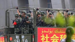 Lực lượng an ninh Trung Quốc tuần tra  ở Tân Cương vào tháng 6/ 2014.