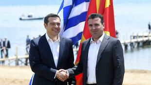 Alexis Tsipras (R) and Zoran Zaev on 17 June 2018 on the banks of LaKe Prespa in North Macedonia.