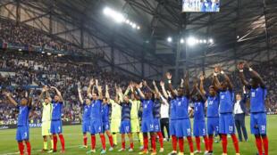 Los integrantes de la seleccion francesa celebran su pase a la final de la Eurocopa 2016 ante su publico en el estadio Velodrome de Marsella.