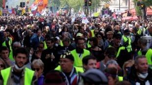 Tuần hành ngày Quốc Tế Lao Động 01/05/2019 tại Paris : Nhiều người Áo Vàng trong hàng ngũ biểu tình của các nghiệp đoàn.