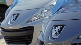 Carros de segunda mão da Peugeot no estacionamento de uma revendora em Nice, no sudeste da França.
