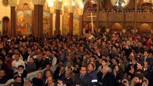 Cristãos coptas egípcios participam de cerimônia em homenagem aos mortos no atentado de 31 de dezembro em uma igreja copta de Alexandria.