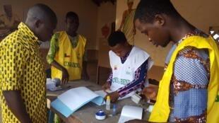 Il est 8h, heure locale dans ce bureau de vote installé derrière l'école d'Adjina, à Porto Novo, où vote le premier électeur.