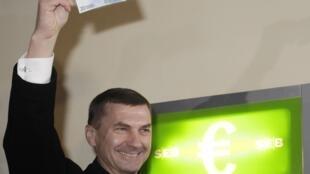 Эстонский премьер-министр Андрус Ансип  снял в таллинском банкомате купюру достоинством в 20 евро 1 января 2011 года