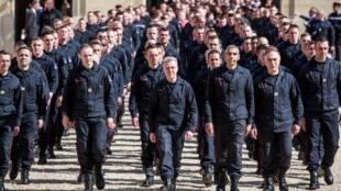 ماموران آتش نشانی که در عملیات خاموش کردن حریق کلیسای «نُتردام دُ پاری» شرکت داشتند به دعوت رئیس جمهوری در کاخ الیزه مورد قدردانی قرار گرفتند - ١٨ آوریل ٢٠١٩