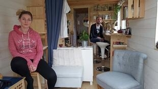 Lindsey, Nicolas et le chat Kina apprécient le confort de leur «Tiny House» de 18 mètres carrés.