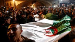 Wanachi wa Algeria washerehekea hatua ya rais Bouteflika kujiuzulu, Algiers tarehe 2 Aprili 2019.