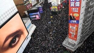 """2019年12月8日,香港再次爆發了巨大規模的示威遊行,他們堅持""""五大訴求,缺一不可""""。"""
