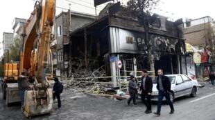 Une banque brûlée à Téhéran, le 20 novembre 2019.