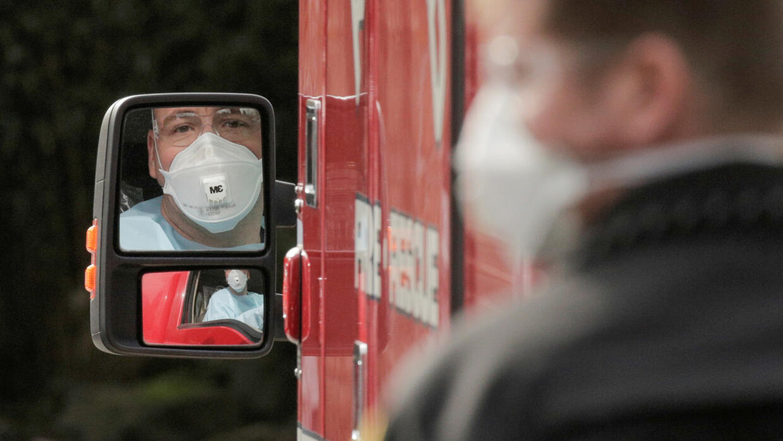 美国华盛顿州柯克兰的一位佩戴口罩的救护车驾驶员