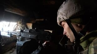 Soldat ukrainien en faction non loin du village de Zolote, le 14 février 2020.