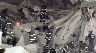 Bombeiros procuram sobreviventes nos descombros do World Trade Center, no dia 11 setembro de 2001.