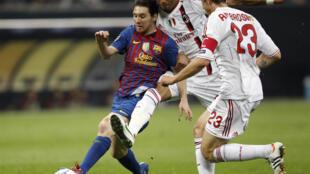 O atacante Lionel Messi, do Barcelona, disputa a bola com Kevin-Prince Boateng, do Milan, nesta quarta-feira.