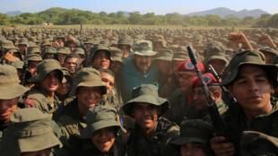 Maduro (ao centro) discursou para 5 mil cadetes em El Pao, na Venezuela, em 4 de maio de 2019.