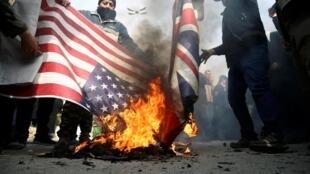 Manifestantes protestam em Teerã contra o assassinato do general Qasem Soleimani pelos Estados Unidos.