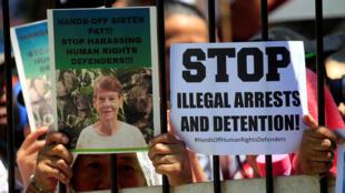 Des supporters de la nonne australienne Patricia Fox attendent sa libération à l'extérieur des locaux des services d'immigration à Manille, le 17 avril.