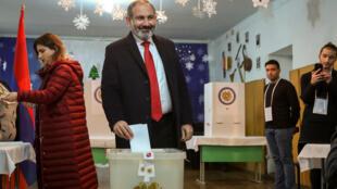 O primeiro-ministro da Armênia, Nikol Pachinian, durante voto antecipado provocado por sua própria renúncia.