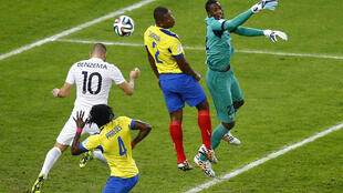 Uma das ocasiões de gol desperdiçadas pela equipe da França, contra a Nigéria.