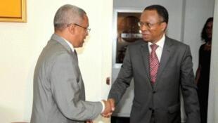 Primeiro-ministro cabo-verdiano (esq) cumprimenta presidente do MpD (dir)