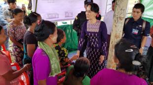 Aung San Suu Kyi chega a acampamento de refugiados rohingyas, no oeste do país.
