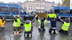 Les «gilets jaunes» ont manifesté dans plusieurs villes de France, dont Bordeaux (photo), contre la hausse des prix du pétrole et le coût de la vie samedi 1er décembre 2018.