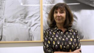 L'artiste Sophie Calle, posant devant l'une de ses œuvres, en 2012.
