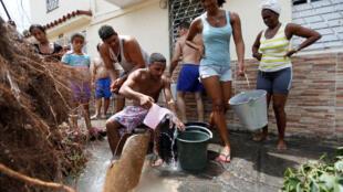 Los habitantes de La Habana damnificados recuperan agua de directamente de los caños rotos por el paso de Irma.