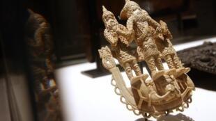 Une triade royale en ivoire du (Bénin, sud du Nigeria, XVIIIe siècle) présentée lors d'une exposition consacrée à l'art raffiné au Bénin, le 2 octobre 2007 au musée du Quai Branly à Paris.