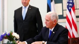 Премьер-министр Эстонии Юри Ратас наблюдает, как вице-президент США Майк Пенс расписывается в книге гостей. 30 июля 2017 г.