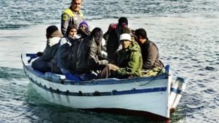 Chegada de um barco com imigrantes clandestinos na ilha de Lampedusa, em 20 fevereiro de 2011.
