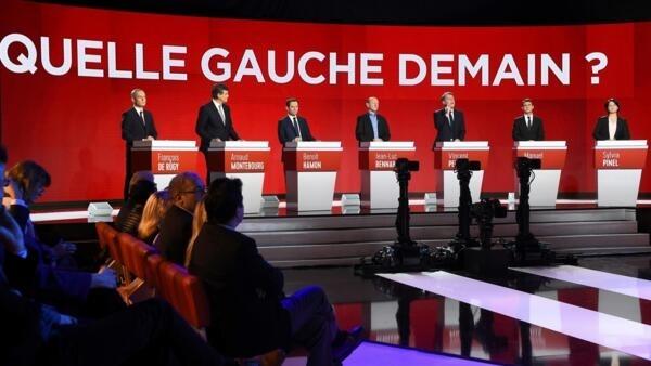 Os sete candidatos às primárias socialistas durante debate realizado em 15 de janeiro de 2017.