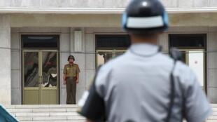 Lính Bắc Triều Tiên (T) và Hàn Quốc đứng gác tại khu phi quân sự Bàn Môn Điếm. (Ảnh chụp ngày 19/07/2017)