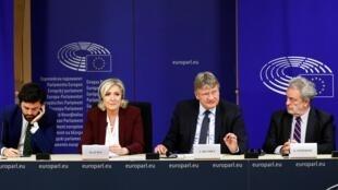 Marine Le Pen, entouré de Marco Zanni du parti italien La Ligue, Jorg Meuthen de l'AfD et Gerolf Annemans du Vlaams Belang flamand à Bruxelles, le 13 juin 2019.