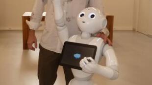 Robot Pepper và Rodolphe Gelin, giám đốc nghiên cứu của Aldebaran Robotics, Pháp.