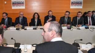 Laurent Pietraszewski, Agnès Buzyn, Edouard Philippe, Thomas Fatome et Olivier Dussopt en réunion à Paris le 30 janvier 2020, dans le cadre du projet controversé de réforme des retraites.