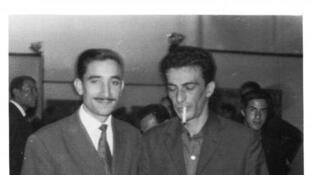 Septembre 1962: Kaddour M'Hamsadji (à gauche) avec Kateb Yacine (à droite) lors du Salon du livre d'Alger, à la salle Ibn Khaldoune.