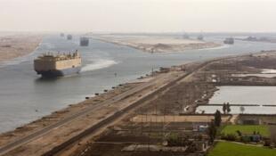 Le spectre d'un blocage du canal de Suez agite les marchés pétroliers. (Photo: un cargo entre dans le canal de Suez, entre Port Saïd et Ismaïlia).