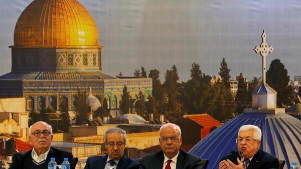 Mahmoud Abbas, président de l'Autorité palestinienne (à dr.), avec d'autres dirigeants palestiniens, à Ramallah le 28 janvier 2020.