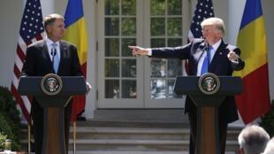 Tổng thống Mỹ Donald Trump (P) và đồng nhiệm Rumani Klaus Iohannis (T) họp báo chung ngày 9/06/2017, tại Nhà Trắng.