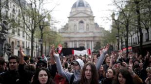 Sinh viên Pháp biểu tình phản đối cải cách đại học của chính phủ trước cổng đại học Sorbonne, Paris, ngày 10/04/2018.