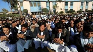 Des étudiants prient en mémoire des victimes de l'attentat de 2014, le 16 décembre 2019.