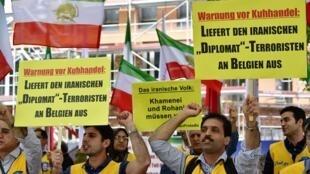 """Biểu tình của đối lập Iran tại Bỉ đầu tháng 7/2018, yêu cầu dẫn độ nhà ngoại giao Iran Assadollah Assadi, bị cáo buộc """"khủng bố"""". Ông Assadi bị tại Áo cuối tháng 6."""