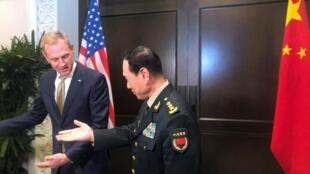 Quyền bộ trưởng Quốc Phòng Mỹ, Patrick Shanahan và bộ trưởng Quốc Phòng Trung Quốc, Ngụy Phượng Hòa, bên lề Diễn đàn An ninh Shangri-La ngày 31/05/2019.