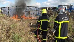 Des pompiers sont là pour maîtriser les incendies, Jungle de Calais (France).