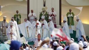 O papa Bento 16 celebrou uma missa campal neste domingo em Beirute.