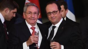 Le président cubain Raul Castro et François Hollande portent un toast lors du dîner d'Etat à l'Elysée, le 1er février 2016.