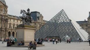Kim Tự Tháp bằng kính tại sân bảo tàng Louvre, Paris, Pháp.