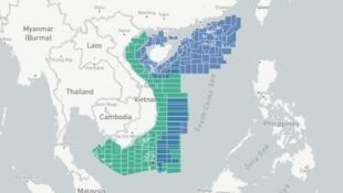 Sơ đồ vị trí các lô dầu khí của Việt Nam (màu xanh lá) và Trung Quốc (màu xanh dương) tại Biển Đông. Có rất nhiều lô chồng lấn lên nhau.