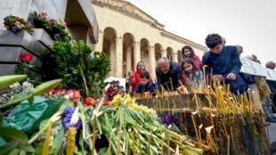 Цветы и свечи у здания парламента, Тбилиси, 9 апреля 1989